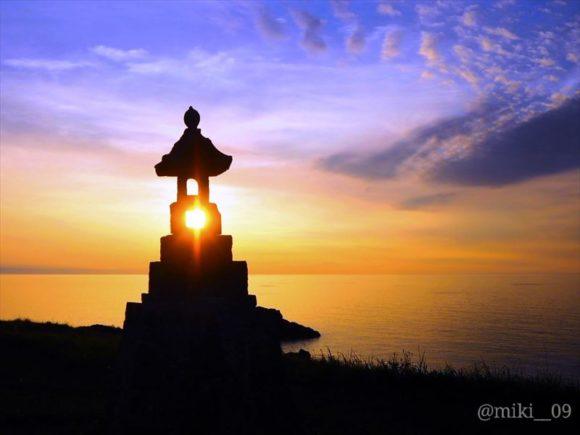 佐渡島の春日崎の石灯籠と夕日