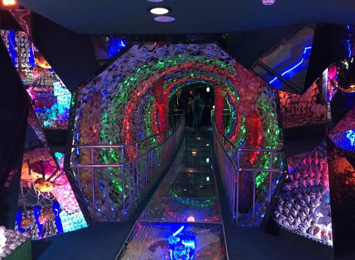 竹島ファンタジー館の貝殻でできた光のトンネルの入り口