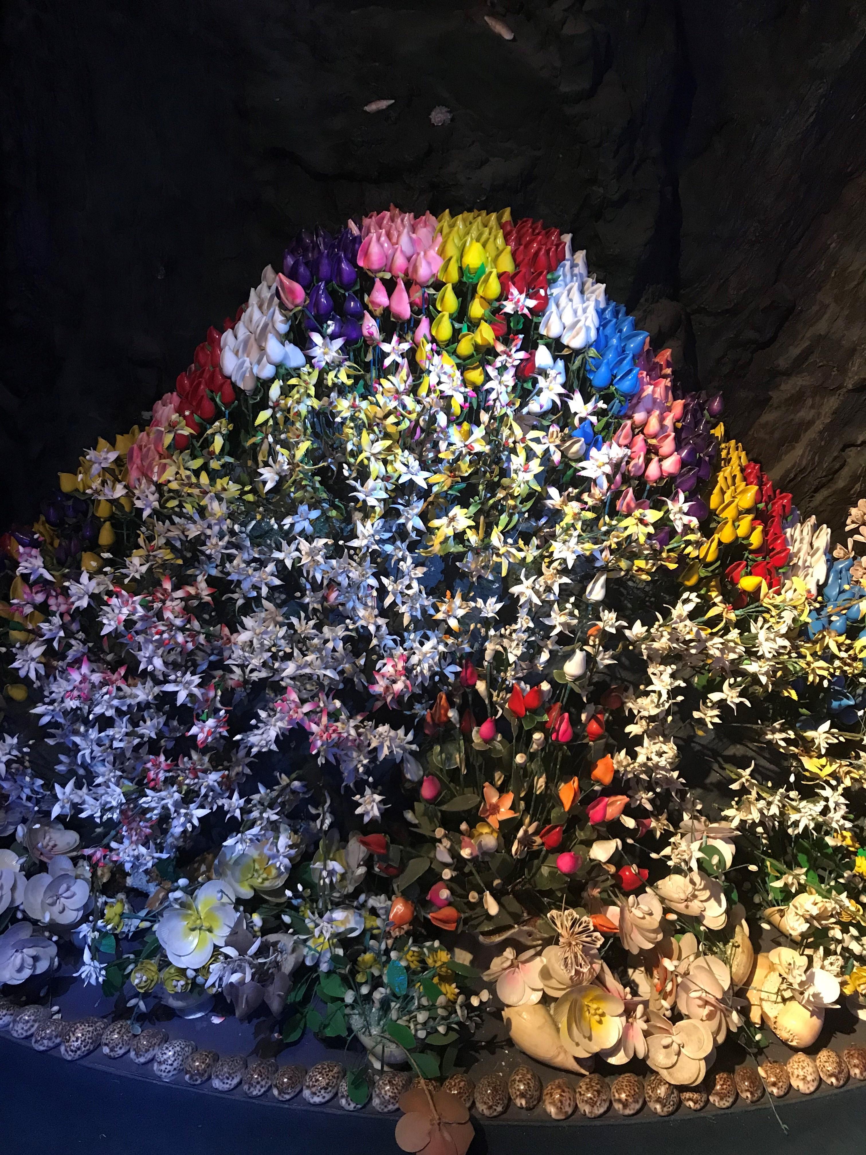 竹島ファンタジー館の貝殻で作ったカラフルなお花たちや展示物