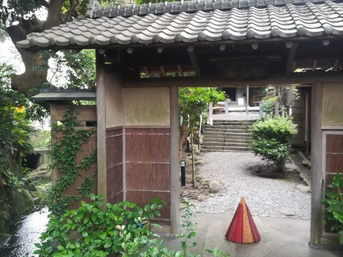 鴫立庵の門