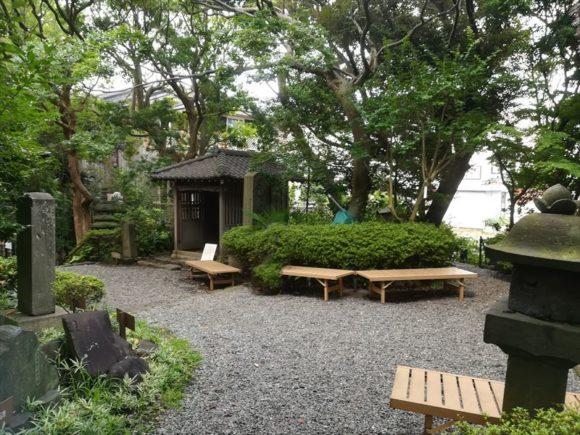 鴫立庵の庭園の中